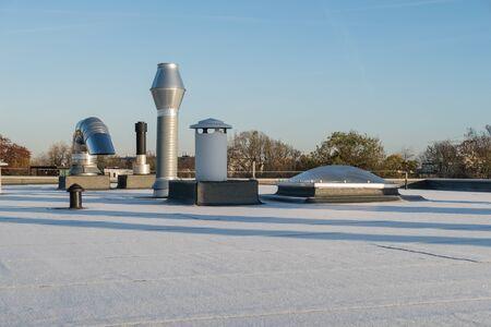 Schornstein auf dem Flachdach eines großen Gebäudes in der Stadt Standard-Bild