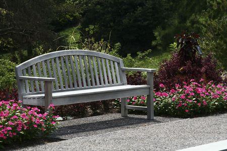 banc parc: Banc de parc avec des fleurs