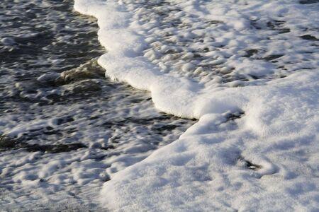 espumante: sol brillando sobre olas espumantes