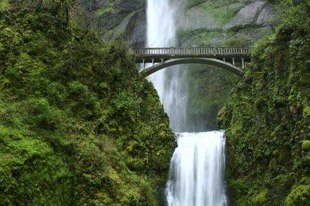 オレゴン州コロンビア川の峡谷に沿って美しい滝 写真素材