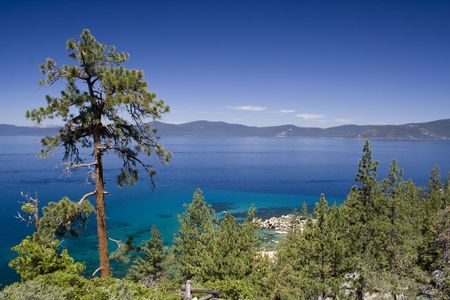 明確な夏の日の美しいタホ湖 写真素材