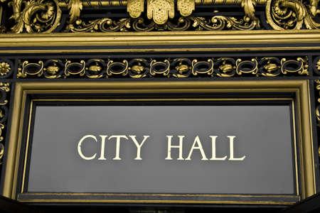 華やかなアーキテクチャの詳細と市庁舎の記号 写真素材