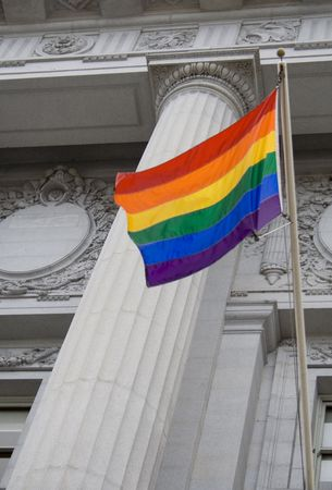 boda gay: Lesbianas, gays, bisexuales, transexuales y orgullo que enarbolan pabell�n fuera de un edificio del gobierno