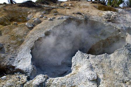 fumarole: Una fumarola, los respiraderos hidrot�rmicos, en Lassen volc�nicas del Parque Nacional  Foto de archivo