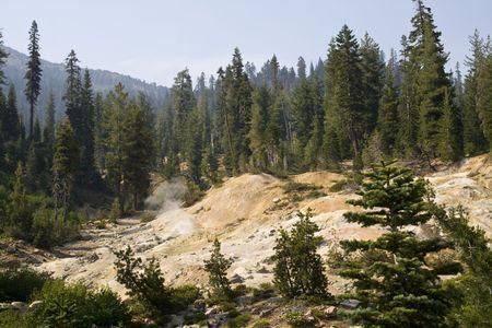 fumarole: Una fumarola, una de respiraderos hidrot�rmicos, en el Parque Nacional Volc�nico de Lassen