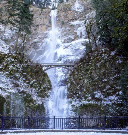 冬に凍ってマルトノマ滝の全景 写真素材