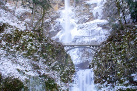 oregon cascades: Multnomah Falls frozen in winter Stock Photo