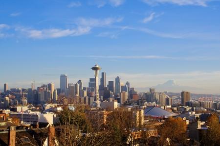 美しい日にシアトルのスカイライン