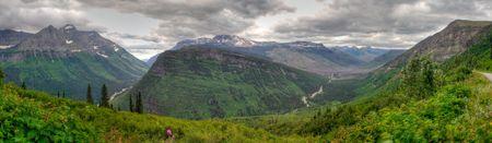 モンタナ州グレイシャー国立公園の山々 のパノラマ ビュー