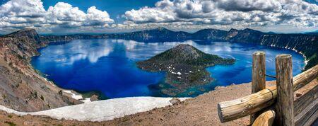 夏の日の豪華なクレーター湖