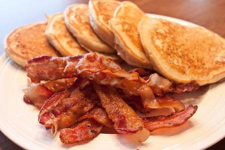 自家製のパンケーキとベーコンの朝食
