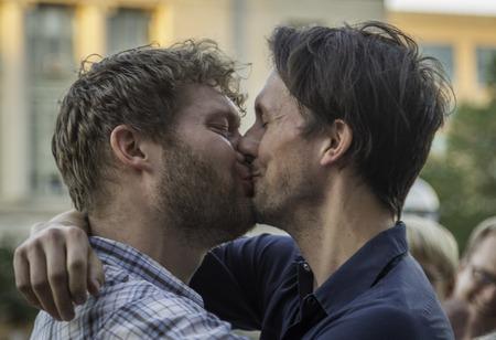 ウィスコンシン州裁判官を打った後、郡の裁判所のステップで結婚同性愛者のカップル 報道画像
