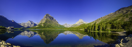 Swiftcurrent Lake in Glacier National Park, Montana 에디토리얼