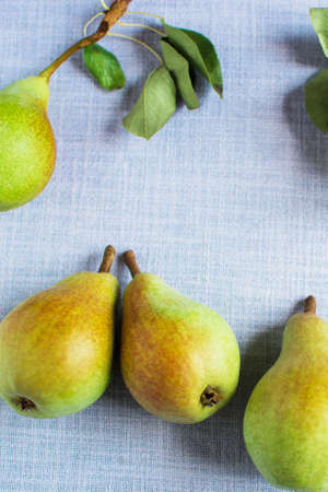pears in a plate and slices of pears top view. wooden background with pears Standard-Bild