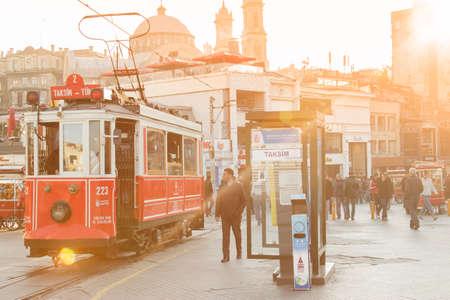 Tramways nostalgiques passant par la rue Istiklal