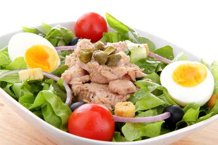 ensalada verde: Ensalada mediterr�nea de at�n final �pice de huevo Foto de archivo