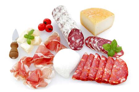 charcuter�a: embutidos y queso platos en un fondo blanco