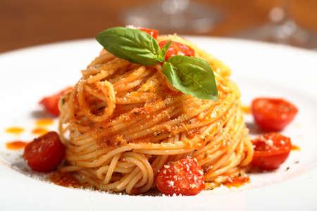Espagueti italiano de pasta con salsa de tomate Foto de archivo - 18219354