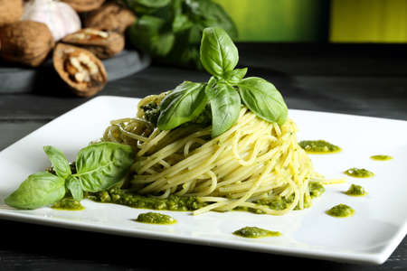 pasta italiana cibo con pesto genovese sfondo verde