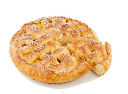 pastel de manzana: Pastel casero con frutas aisladas sobre un fondo blanco
