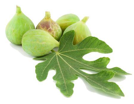 feuille de figuier: Mûres figues fraîches et de feuilles sur fond blanc Banque d'images