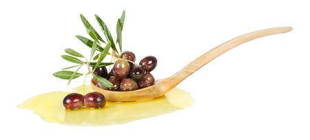 aceite de oliva: rama de olivo empapado en aceite de oliva en una cuchara de madera aislada sobre fondo blanco