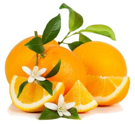 Oranje vruchten, blad, bloesem en slice geïsoleerd op een witte achtergrond. Stockfoto