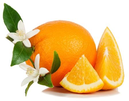 Arancia frutta, foglia, fiore e fetta isolato su uno sfondo bianco. Archivio Fotografico