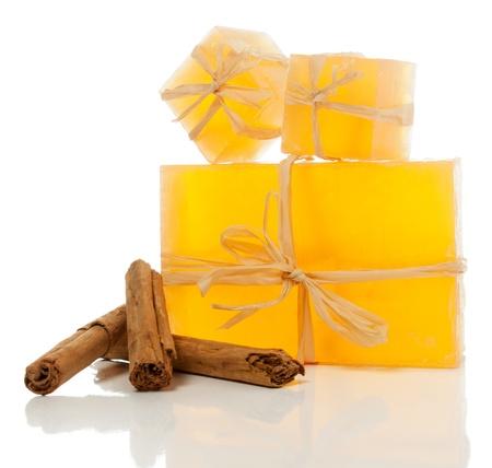 Cinnamon pain de savon et bâtons de cannelle isolé sur blanc. Banque d'images - 18870051