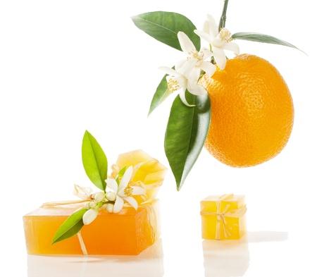 arancio sapone e frutta con fiori, isolato su bianco Archivio Fotografico