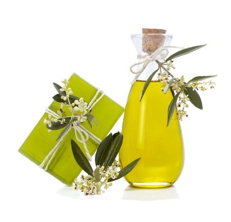 jabon: Jab�n verde oliva con una ramita de flores de oliva y aceite de oliva aisladas sobre fondo blanco