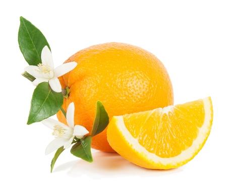 oranje vruchten geheel, plak met groene bladeren en bloemen op een witte achtergrond Stockfoto