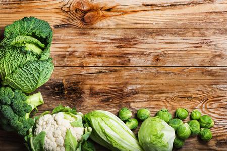 coliflor: Vegetales verdes frescos en una mesa de madera rústica.
