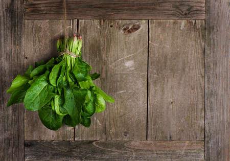 espinaca: Espinacas cosechadas frescas, en una mesa de edad