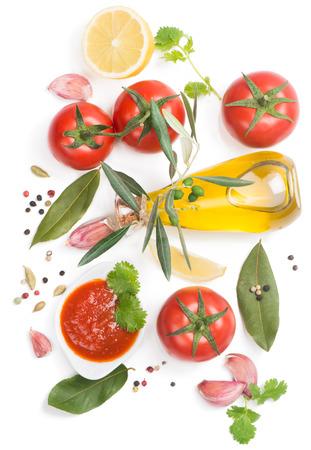 salsa de tomate: Salsa de tomate y los ingredientes (aceite de oliva, especias, lim�n, tomate), aislados en blanco, vista desde arriba Foto de archivo