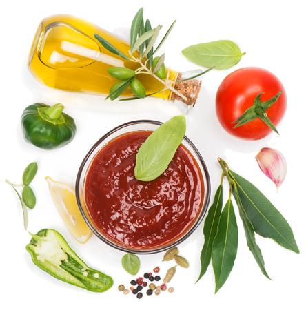 Rode saus en de ingrediënten (olijfolie, kruiden, citroen, tomaat), geïsoleerd op wit. Van bovenaf te bekijken. Stockfoto - 29216958