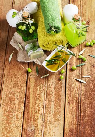 jabon liquido: Concepto de spa aceituna verde en un fondo de madera arriba con el espacio de texto libre.