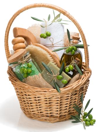productos de aseo: Canasta de artículos de higiene personal de los productos del olivo aislado sobre fondo blanco Foto de archivo