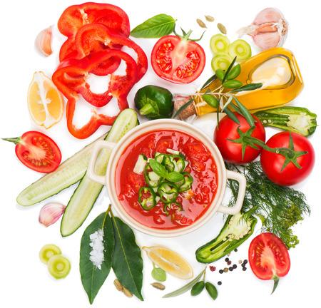 l�gumes verts: Gazpacho soupe et ingr�dients isol�s sur un fond blanc, vue de dessus