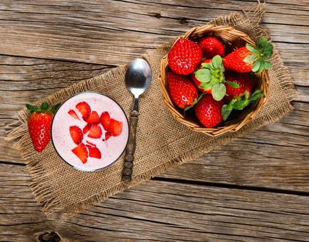 Verse Organische Griekse yoghurt met aardbeien op een houten achtergrond, bovenaanzicht Stockfoto - 37457425