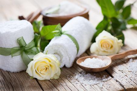 古い木製の背景にバラで香りスパ 写真素材