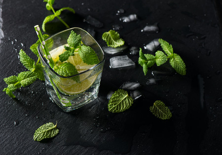 Glass of mojito with lime and mint, top view, selective focus Stockfoto