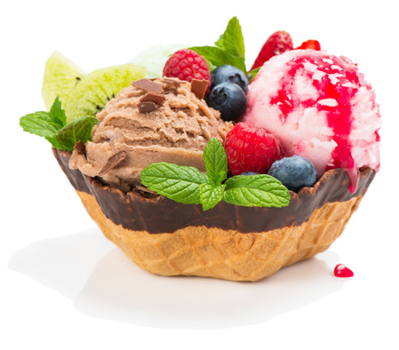 Berry and chocolate ice cream with fresh fruits decorated with  fresh fruits, sauce and chocolate chips. Isolated on white  background Standard-Bild
