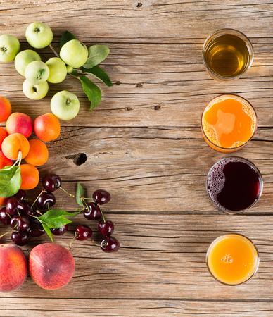 vaso de jugo: Vista superior de jugo y frutas frescas de verano en un fondo de madera vieja con el espacio para el texto Foto de archivo