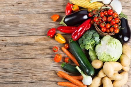 legumes: Légumes sur fond de bois avec un espace pour le texte, vue de dessus. Aliments biologiques.