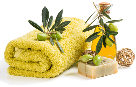 Natuurlijke zeep en olie van olijven op wit wordt geïsoleerd Stockfoto - 46355755