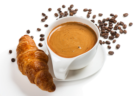 copa: Croissant fresco con taza blanca de café caliente aislado sobre fondo blanco