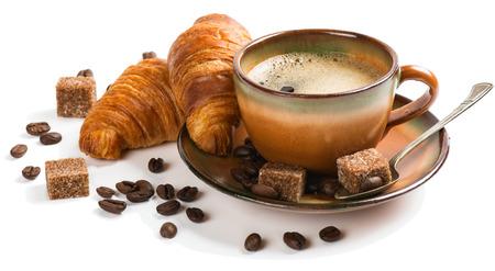 taza cafe: Dos croissants y una taza de café aislados en el fondo blanco