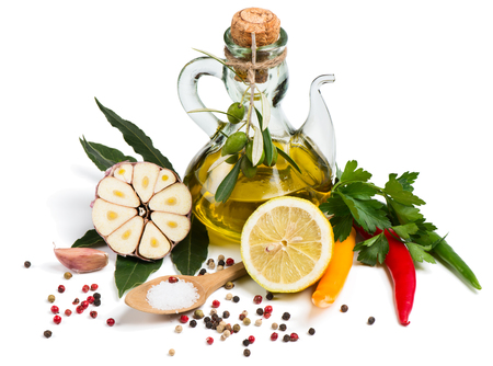 aceite de oliva: Fresh chili peppers, parsley and laurel, olive oil, garlic, lemon and mixture of peppers isolated on a white