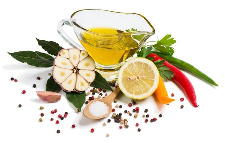 epices: L'huile d'olive, l'ail, le citron, les herbes et les épices isolé sur fond blanc